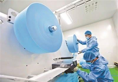 國內首條口罩高速生產線投產 日產量50萬只